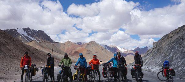Passfoto: Viele viele Radler auf dem Pamir Highway