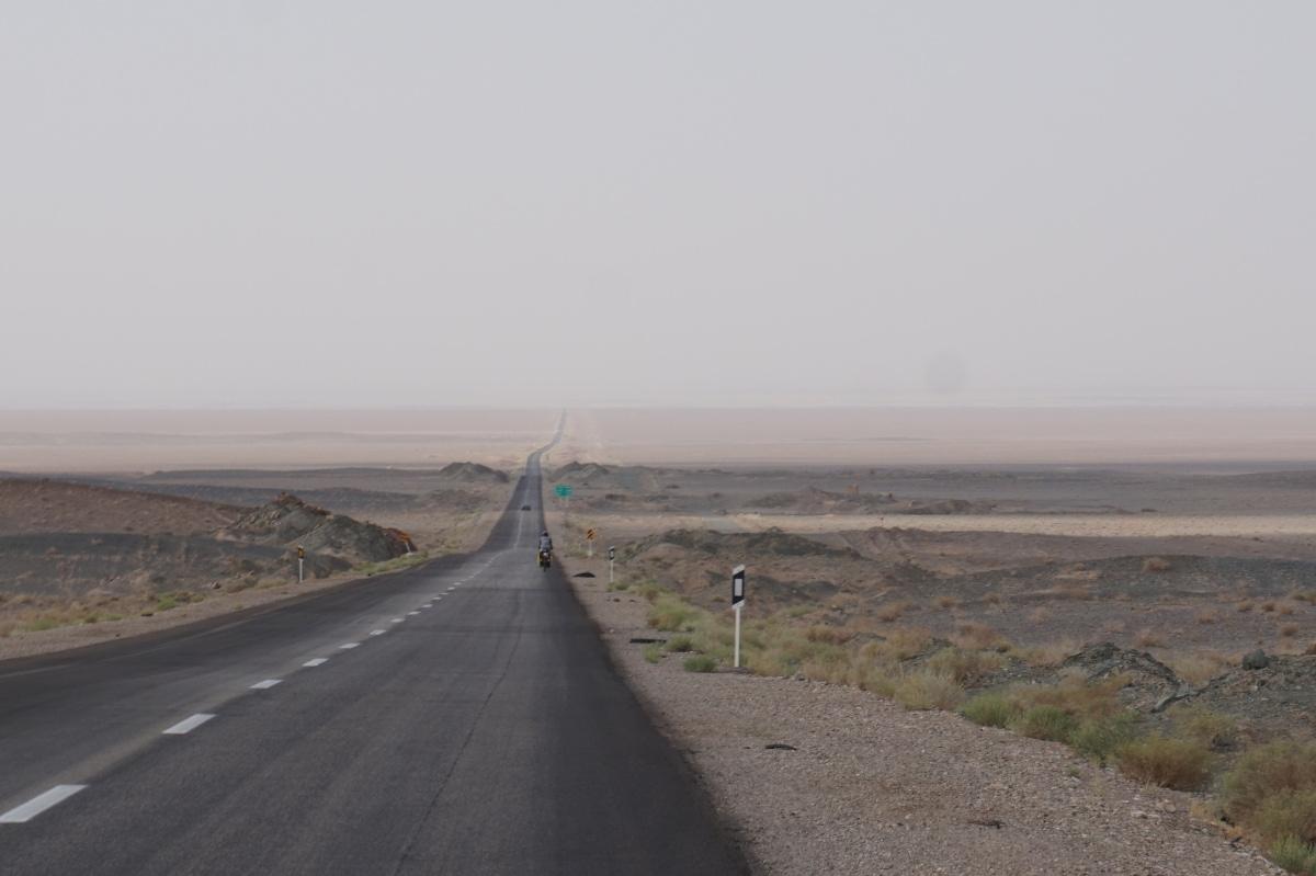 Lange Geraden in der Wüste zwischen Yazd und Shiraz