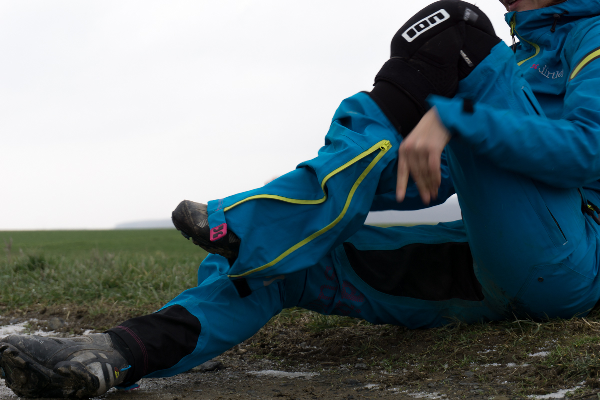 Zipp und ab - Der DirtSuit hat abnehmbare Beine