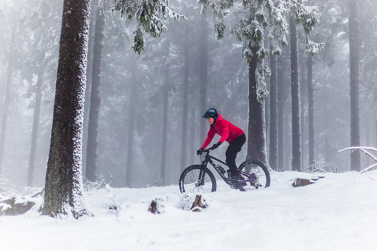 Fahrradfahrem im Schnee. Aus dem 3-Lagen Prinzip werden 4 Lagen